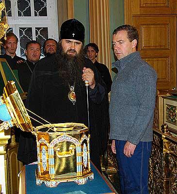 Медведев приложился к мощам Макария Желтоводского